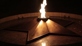 Quenchless vlam in nacht stock videobeelden
