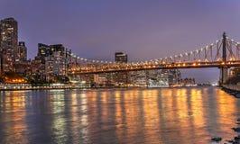Quensboroghbrug bij nacht wordt verlicht die New York Stock Foto