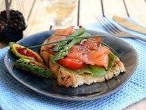 Quente um sanduíche salmon salgado Fotografia de Stock