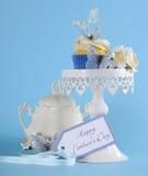 Queque azul feliz do tema da borboleta do dia de pais no suporte branco do queque Imagens de Stock Royalty Free