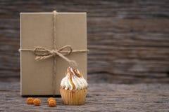 Queque caseiro dos queques saborosos com buttercream de creme para o aniversário, o Valentim, e o feriado do Natal fotos de stock royalty free
