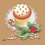 Queque com doces do chocolate e ramo do Natal do azevinho Imagens de Stock
