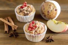 Queque com especiarias das bagas em um Natal de madeira Autumn Dessert Tasty Homemade do fundo imagem de stock