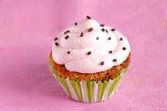 Queque com redemoinho de creme cor-de-rosa e chocolate Fotografia de Stock
