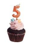 Queque com vela do aniversário para velho de cinco anos Fotos de Stock