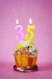 Queque com velas ardentes do aniversário como o número trinta e cinco Fotografia de Stock Royalty Free