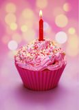 Queque cor-de-rosa do aniversário Imagem de Stock
