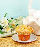 Queque da airela com flores frescas Fotografia de Stock Royalty Free