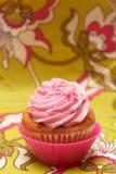 Queque da baunilha com crosta de gelo da morango Foto de Stock Royalty Free
