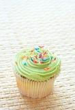 Queque da baunilha com crosta de gelo verde do cal Imagem de Stock
