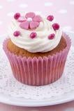 Queque da baunilha com flor cor-de-rosa Imagem de Stock