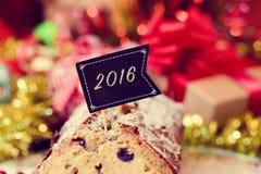 Queque de frutas con una bandera con el número 2016, como el Año Nuevo Foto de archivo