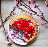 Queque de frutas de la jalea en la tabla Fotografía de archivo