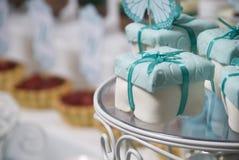 Queque de frutas festivo en cumpleaños fotografía de archivo libre de regalías