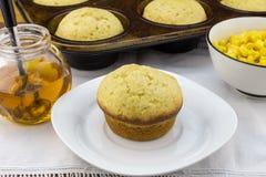 Queque de milho na placa com os queques na bandeja, no xarope e no milho em uma BO Fotos de Stock Royalty Free