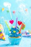Queque decorado colorido com explosão das velas Foto de Stock Royalty Free