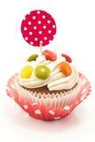 Queque decorado com os doces, isolados sobre, brancos Foto de Stock Royalty Free
