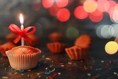 Queque do aniversário com um bokeh da vela imagem de stock