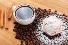 Queque do café, opinião aérea de feijões de café imagens de stock royalty free