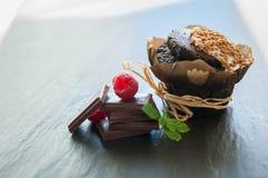 Queque do chocolate com framboesas imagem de stock