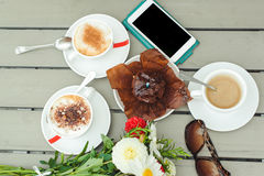 Queque do chocolate com uma vela, copos com café na tabela de madeira Foto de Stock Royalty Free