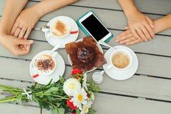 Queque do chocolate com uma vela, copos com café na tabela de madeira Imagem de Stock