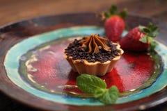 Queque do chocolate doce com creme Sobremesa doce servida com fruto da morango fotografia de stock