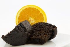 Queque do chocolate na frente da metade alaranjada suculenta Imagens de Stock Royalty Free