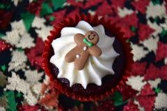 Queque do Natal com homem de pão-de-espécie e cobertura do chantiliy Imagens de Stock