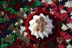 Queque do Natal com homem de pão-de-espécie e cobertura do chantiliy Imagens de Stock Royalty Free