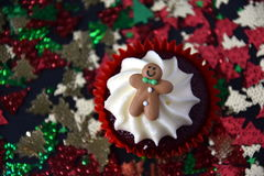 Queque do Natal com homem de pão-de-espécie e cobertura do chantiliy Imagem de Stock