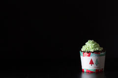 Queque do Natal no fundo escuro imagem de stock royalty free