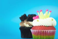 Queque do rei Cupcake Rainbow com o queque da brownie do chocolate imagem de stock royalty free
