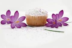 Queque doce e flores roxas Imagens de Stock Royalty Free