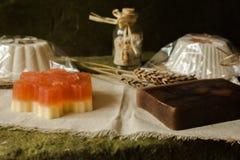 Queque efervescente e sabões feitos de produtos naturais foto de stock