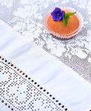 Queque em uma toalha de mesa branca do laço Imagens de Stock Royalty Free
