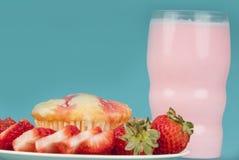 Queque fresco da morango com leite da morango Fotografia de Stock