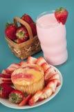 Queque fresco da morango com leite da morango Imagem de Stock