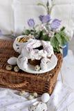 Queque para a Páscoa com decoração e branco de creme Cozimento caseiro fotos de stock royalty free