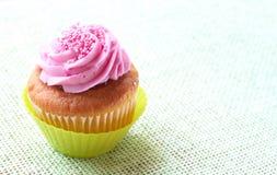 Queque pequeno da baunilha com crosta de gelo da morango Imagem de Stock Royalty Free