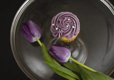 Queque roxo com tulipas roxas Fotografia de Stock Royalty Free