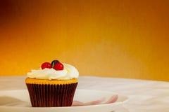Queque saboroso com frutos no fundo amarelo Foto de Stock Royalty Free