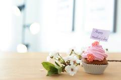 Queque saboroso e flores para o dia do ` s da mãe Fotografia de Stock