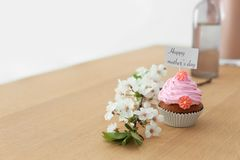 Queque saboroso e flores para o dia do ` s da mãe Fotos de Stock Royalty Free