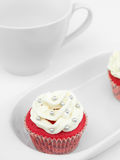 Queque vermelho com creme branco Foto de Stock Royalty Free