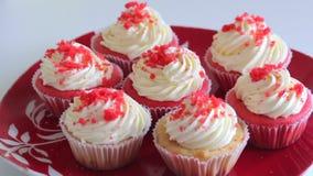 Queque vermelho de veludo Os bolos terminados est?o na placa Close-up vídeos de arquivo