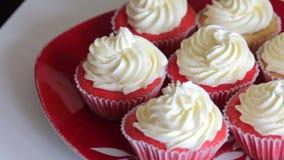 Queque vermelho de veludo Os bolos terminados est?o na placa Close-up filme