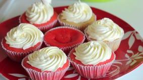 Queque vermelho de veludo Os bolos terminados est?o na placa Close-up video estoque