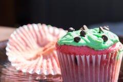 Queque vermelho e verde dos pedaços de chocolate Imagens de Stock