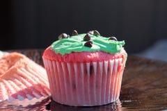 Queque vermelho e verde dos pedaços de chocolate Foto de Stock Royalty Free